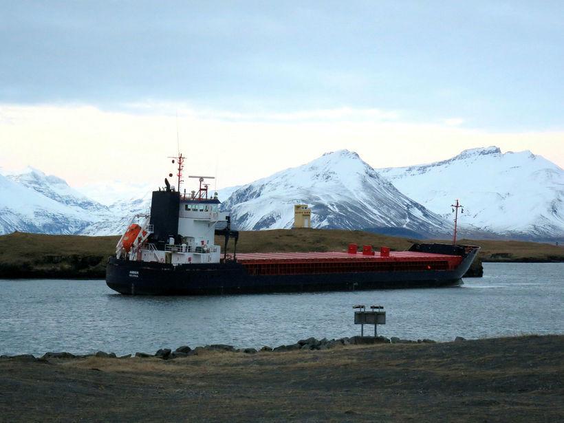 Amber liggur á sandrifi í Hornafjarðarhöfn.