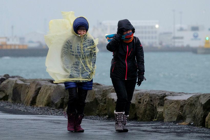 Óblíð veðrátta letur ekki ferðamenn til útiveru í Reykjavík.