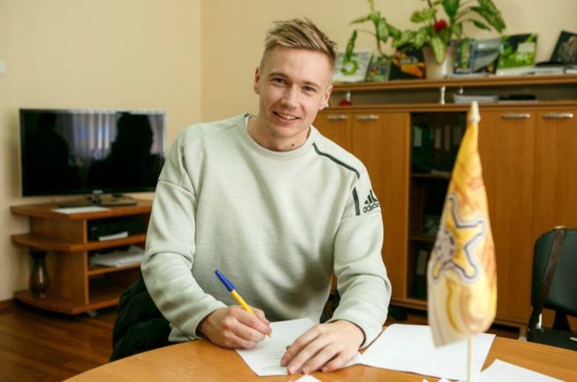 Patrick Pedersen skrifar undir samninginn við FC Sheriff.