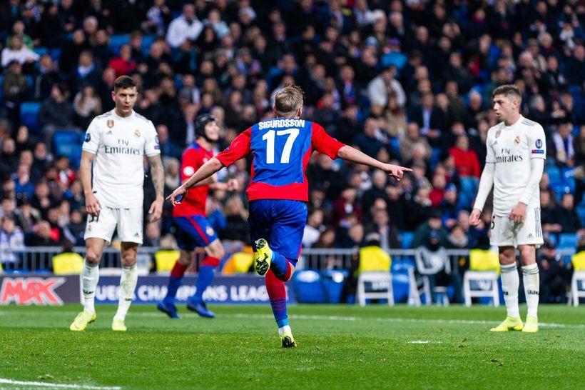 Arnór fagnar marki sínu gegn Real Madrid í kvöld.