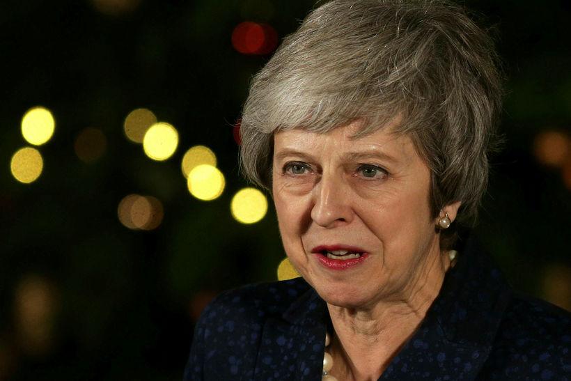 Theresa May, forsætisráðherra Bretlands, ræðir við fjölmiðla í gær.