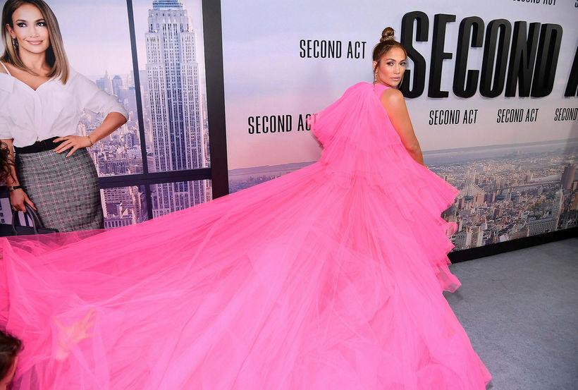 Hér sést hversu stór kjóll Jennifer Lopez var.