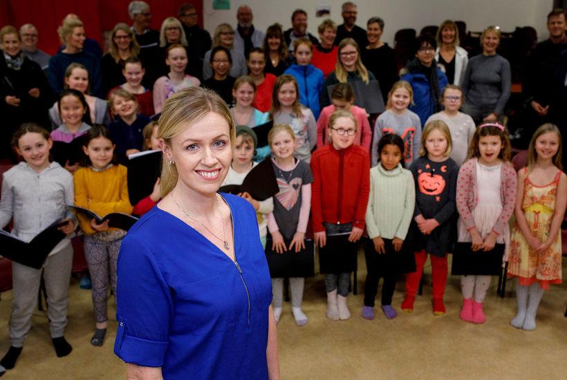 Anna Kristín Þórhallsdóttir með Kammerkór Reykjavíkur og skólakór Háteigsskóla.