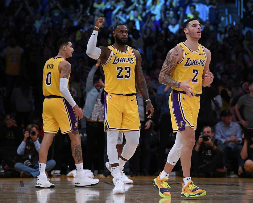 LeBron James og Lonzo Ball fagna sigri.