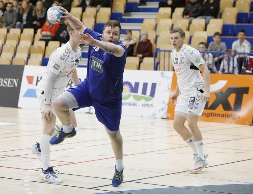Garðar Benedikt Sigurjónsson, línumaður Stjörnunnar, skorar í leiknum í dag ...