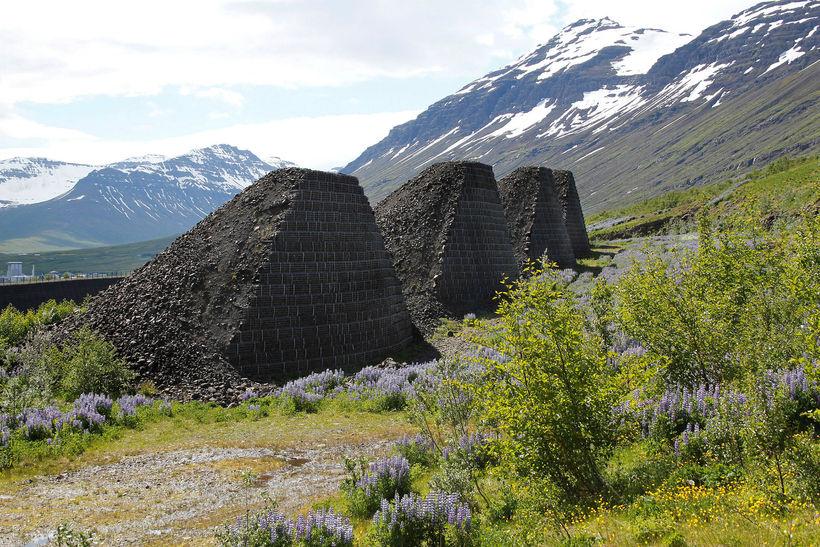 Áfram verður unnið við varnarvirki í Neskaupstað. Garður og keilur ...