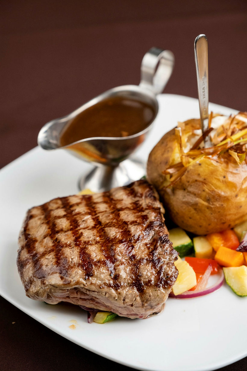 Staðurinn sérhæfir sig í grilluðum steikum.
