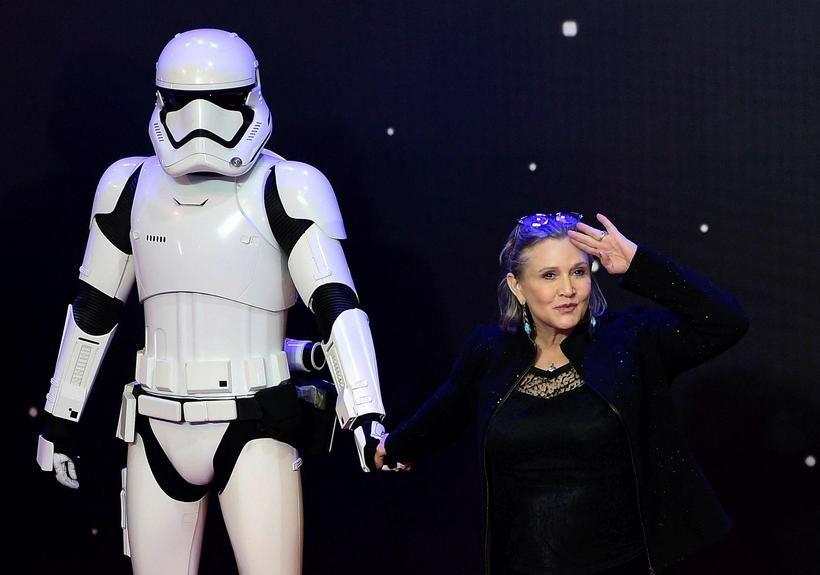 Leikkonan Carrie Fisher með einum stormsveitarmannanna.