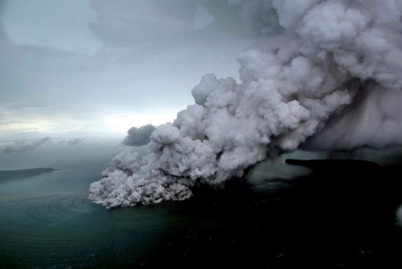 Gosið í Anak-Krakatau hefur tekið að minnka.