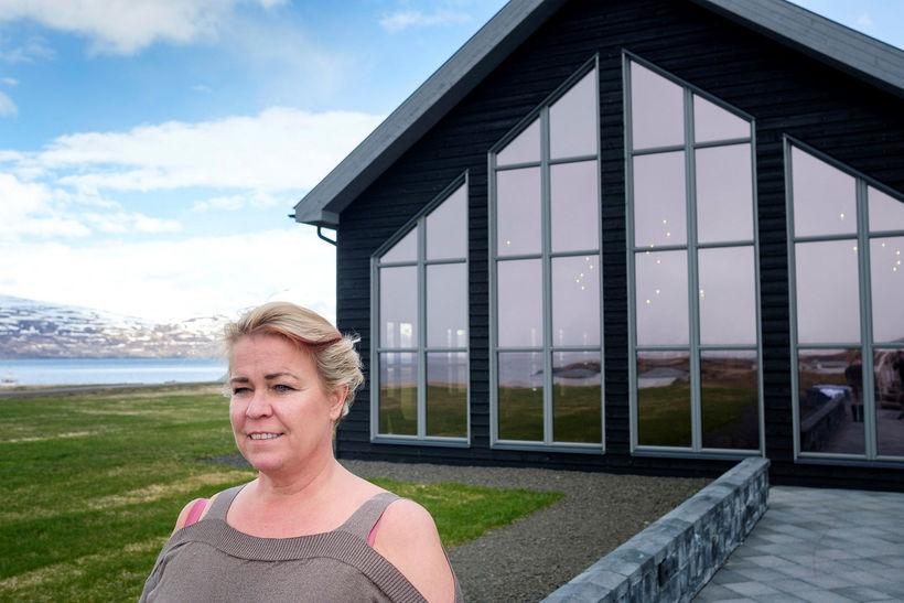 Agnes Anna Sigurðardóttir fyrir framan Bjórböðin á Árskógsströnd.