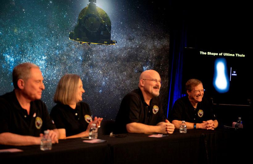 Lögun Ulthima Thule sést í bakgrunni, á blaðamannafundi starfsteymis NASA.