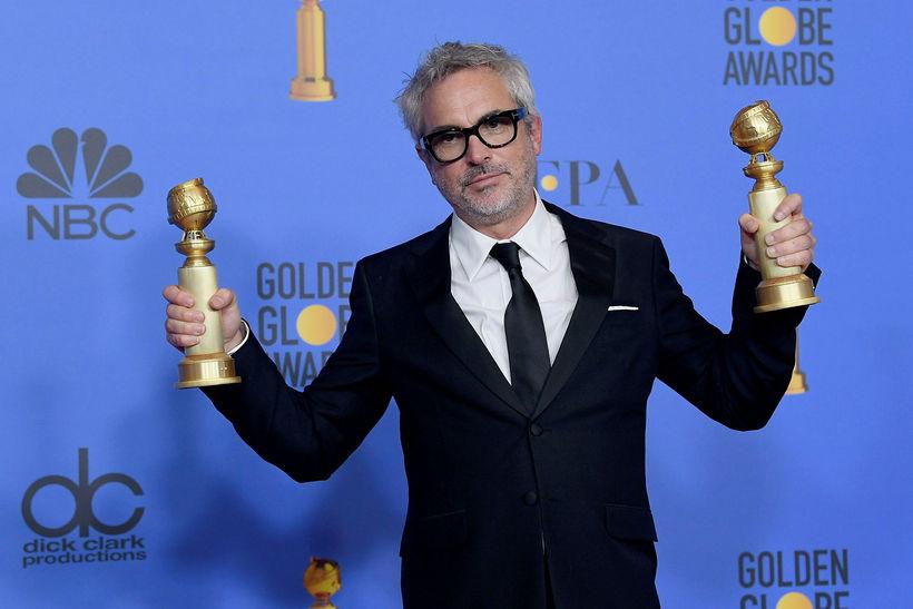 Mexíkóski leikstjórinn Alfonso Cuarón hampar hér tveimur styttum fyrir kvikmynd ...