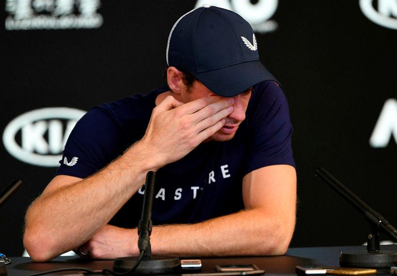 Andy Murray réð illa við tilfinningarnar á fréttamannafundi í nótt.