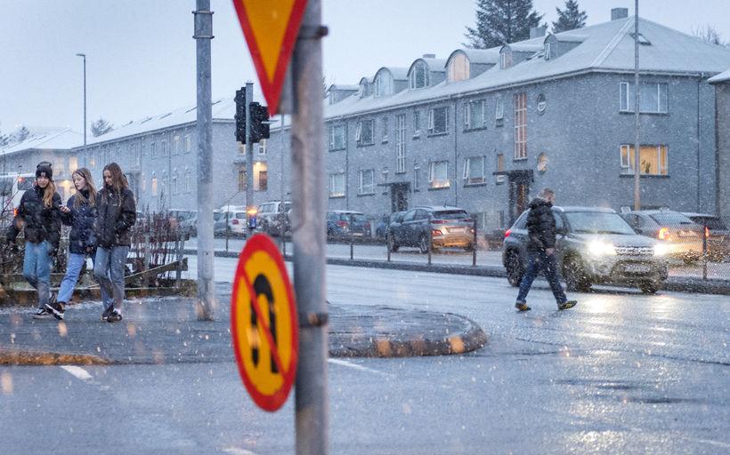 Svona var umhorfs við gatnamót Miklubrautar og Lönguhlíðar í Reykjavík ...
