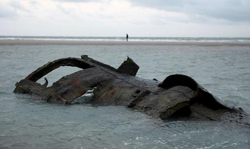 Hluti af flaki kafbátsins sem strandaði við Wissant í júlí ...
