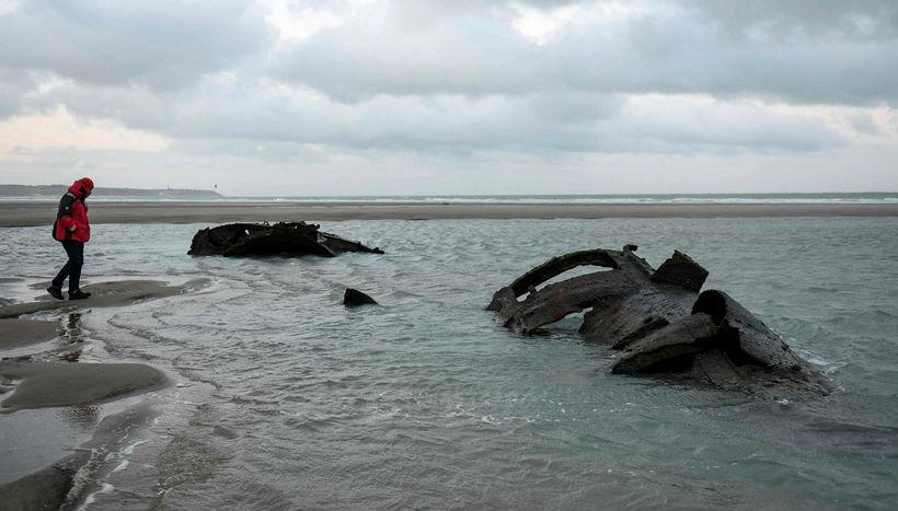 Margir ferðamenn hafa lagt leið sína til strandarinnar til að ...