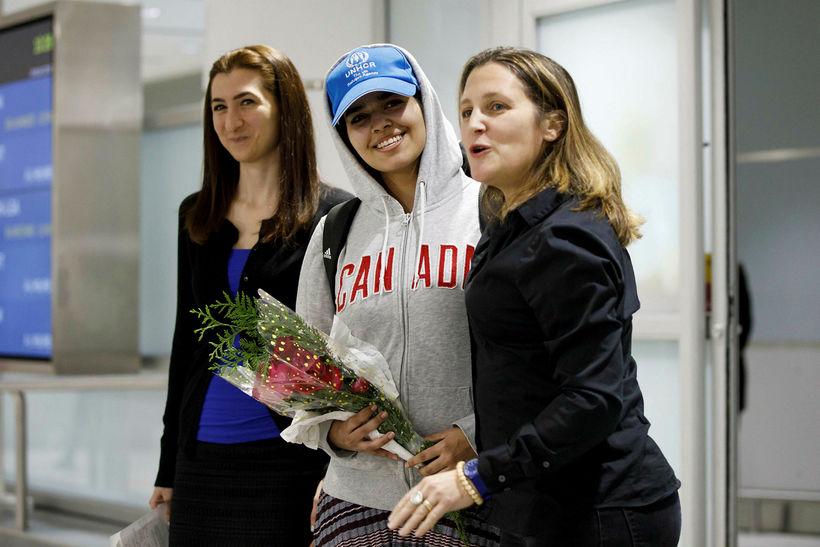 Rahaf Mohammed al-Qunun brosti við komuna til Toronto í dag.