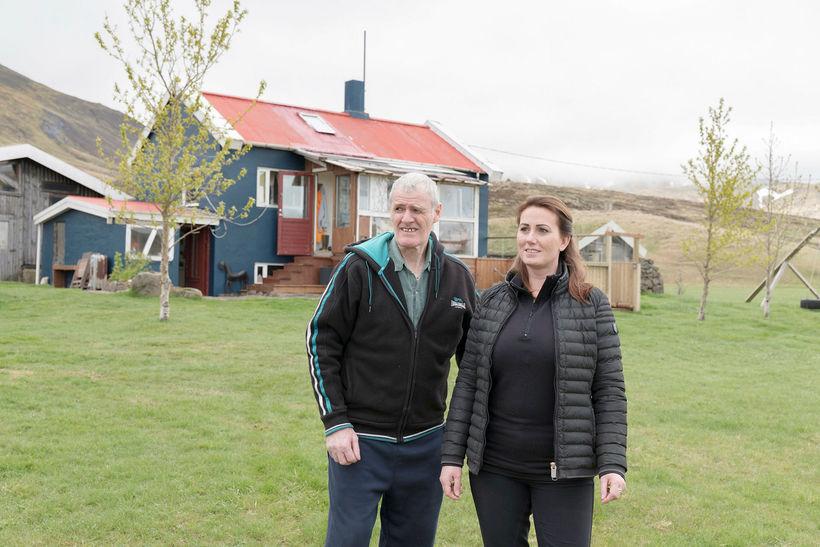 Sveinn Sigurjónsson og Kolbrún Anna dóttir hans fyrir utan Þverárkot.
