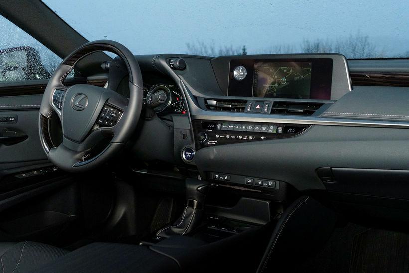Sjöunda kynslóð Lexus ES 300h var frumsýnd hérlendis í byrjun ...