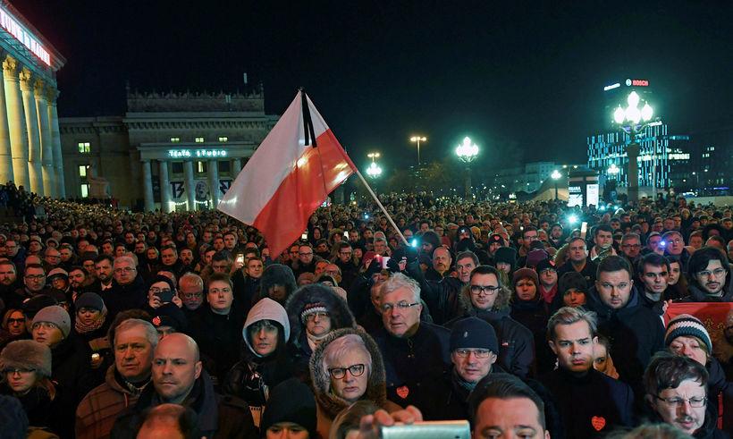 Fjöldi manns hefur minnst Pawel Adamowicz, borgarstjóra Gdansk, sem var ...