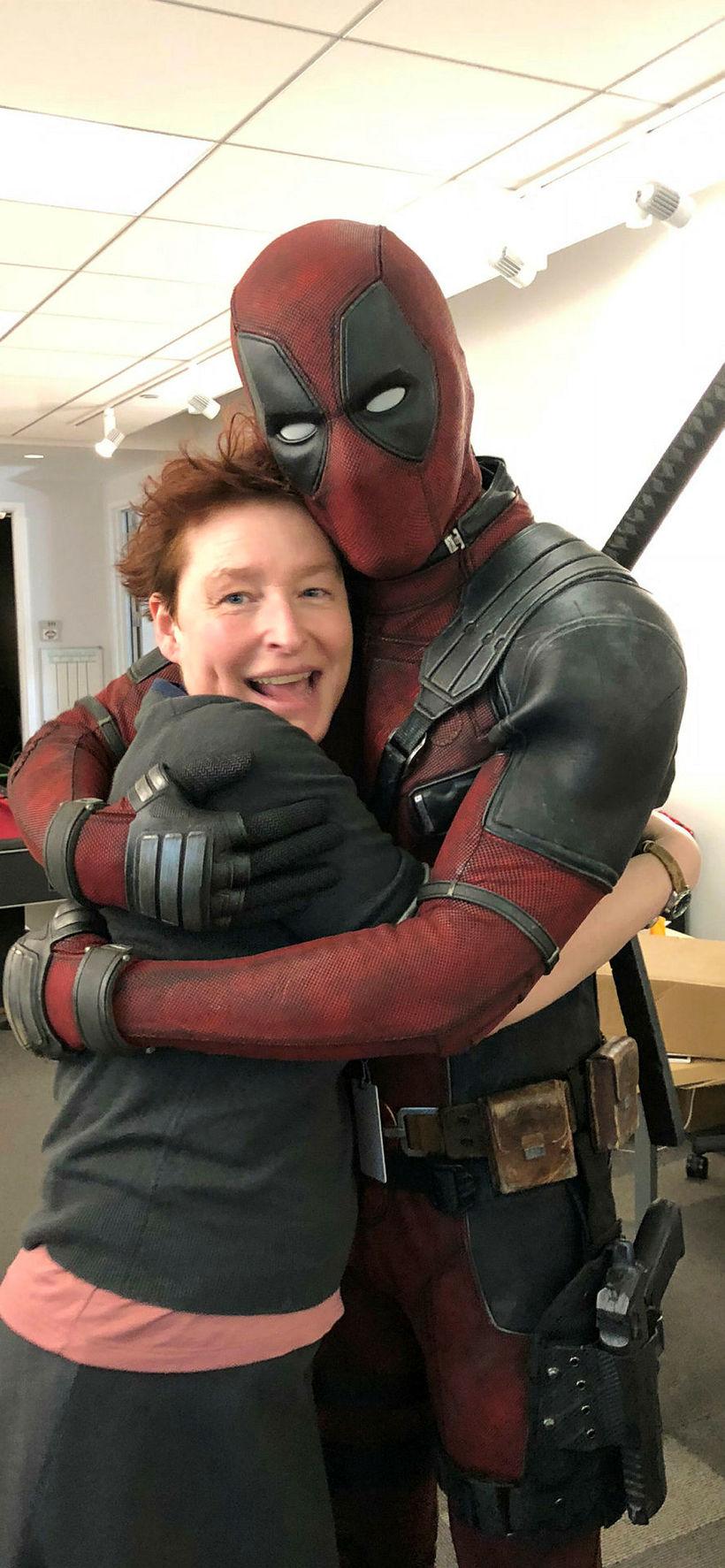 Elísabet með leikaranum Ryan Reynolds í búningi ofurhetjunnar Deadpool.