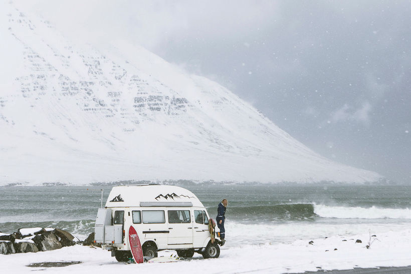 Aldan kallar. Veturinn er tíminn fyrir brimbrettakappa við Ísland.