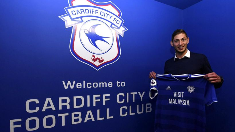 Emiliano Sala með treyju Cardiff.