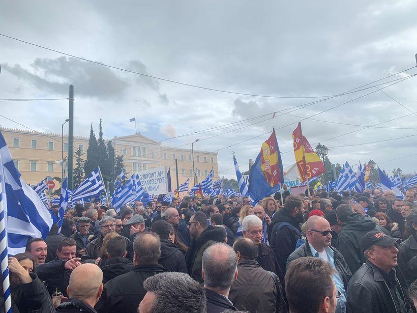 Í baksýn er hér Syntagma, ráðhús Aþenu. Gríski fáninn víðast …