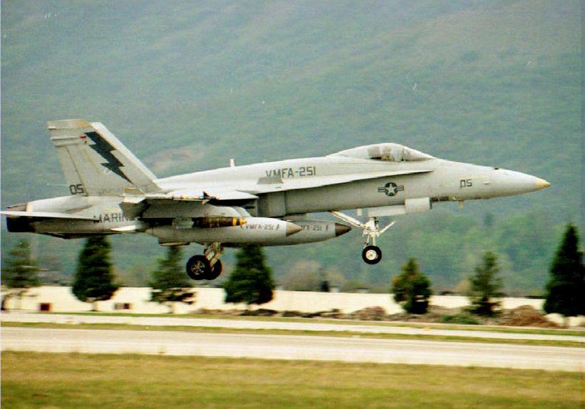 Orrustuflugvél af gerðinni F-18 hrapaði undan strönd Japans í kvöld. ...
