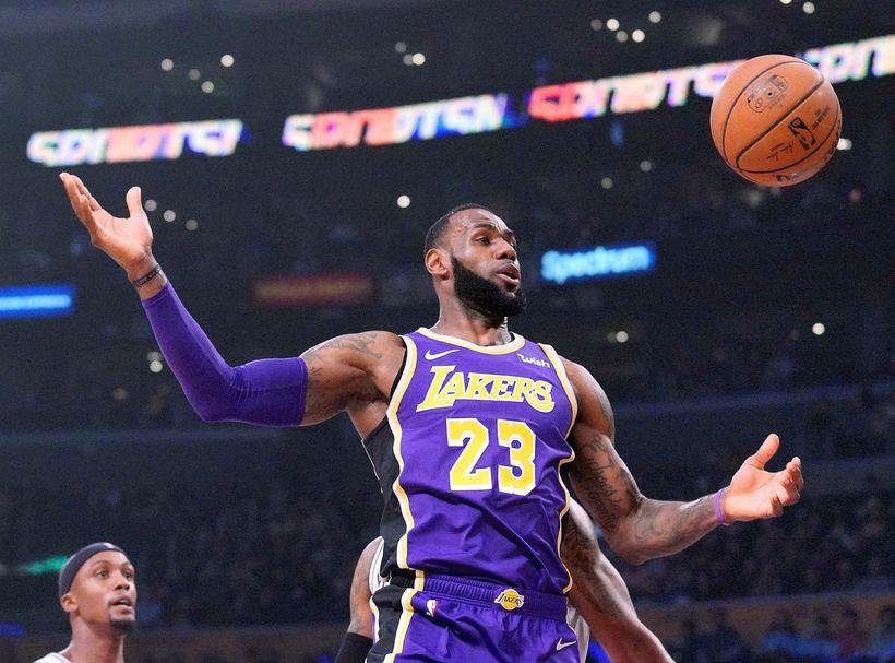 LeBron James skoraði 42 stig í nótt í sigri Lakers.