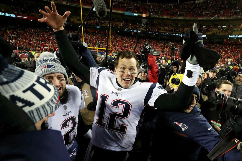 Tom Brady fagnar með New England Patriots í nótt.