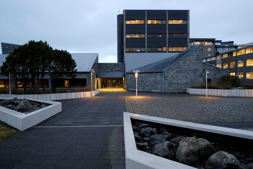 Seðlabanki Íslands á 360 málverk, þar af sex eftir Gunnlaug ...
