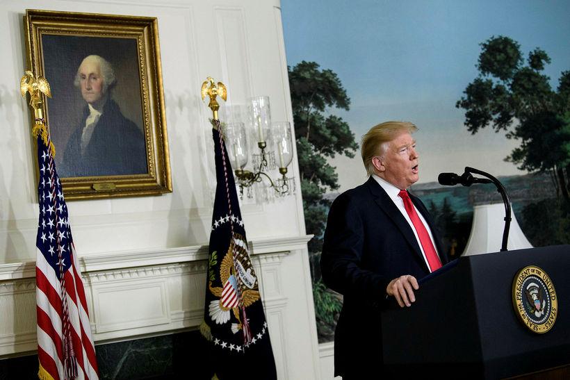 Donald Trump Bandaríkjaforseti flytur yfirlýsingu í Hvíta húsinu. Ásigkomulag byggingarinnar ...