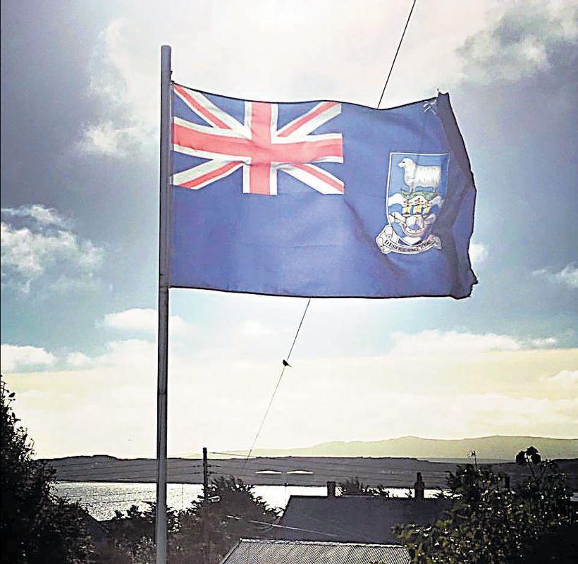 Fáni Falklandseyja er dæmigerður fyrir yfirráðasvæði Breta.