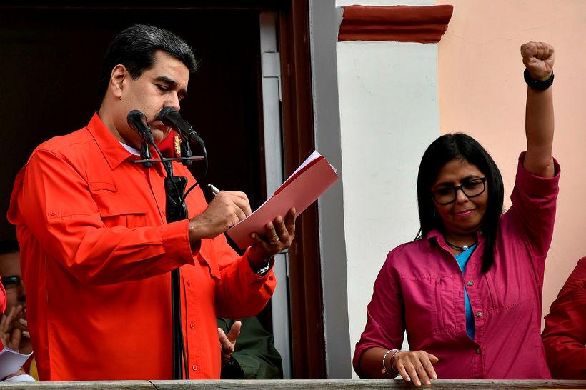 Maduro ásamt Delcy Rodriguez, varaforseta Venesúela, þar sem hann undirritað …