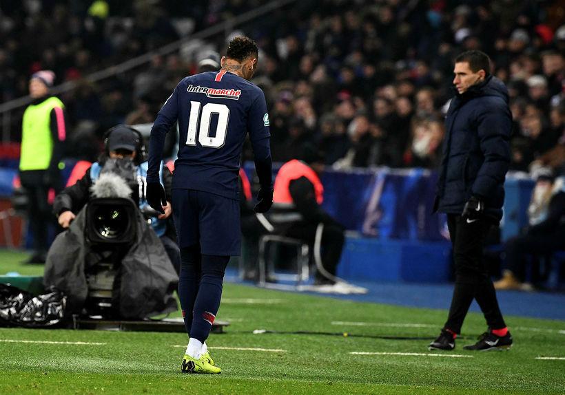 Neymar haltrar af velli í kvöld.