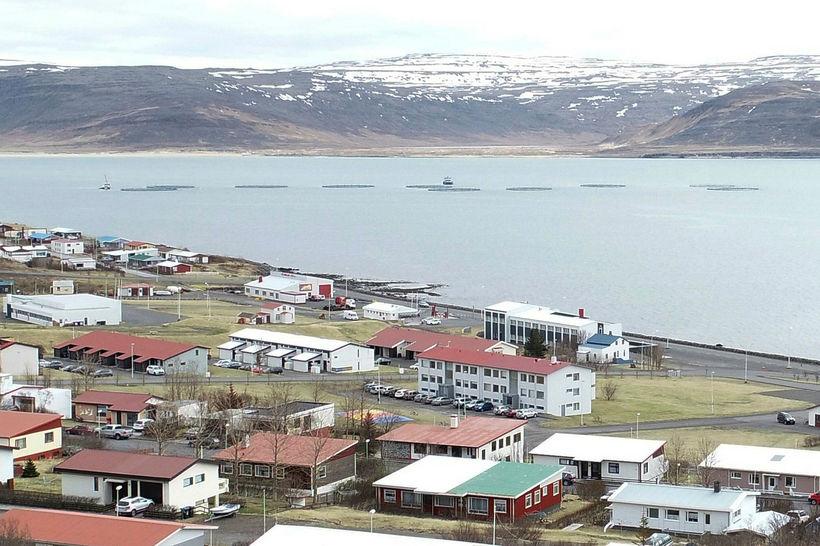 Nálægð Patreksfjarðar við eldisstöðvarnar er talin til þess fallin að …