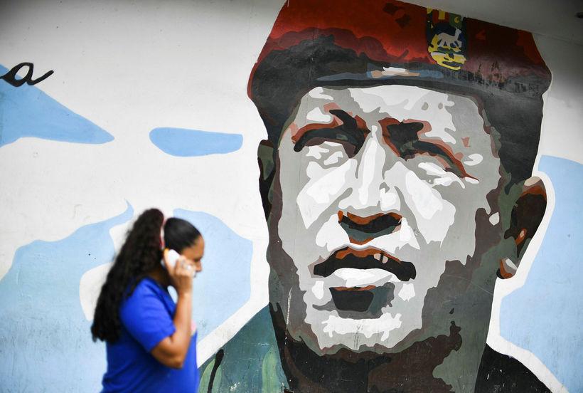 Hugo Chavez á veggmynd í Caracas, höfuðborg Venesúela.