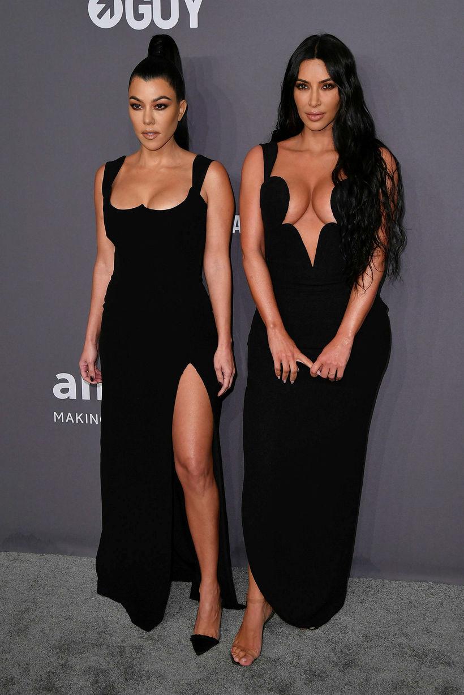 Kourtney og Kim Kardashian mættu í svörtum síðkjólum.