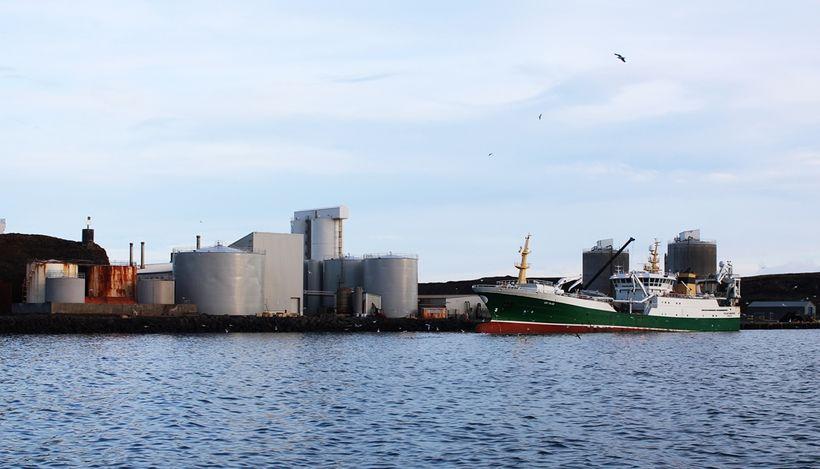 Skipið Polar Amaroq við Síldarvinnsluna í Helguvík.