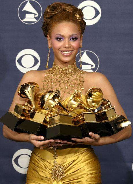 Söngkonan Beyoncé var flott árið 2004 í gylltum kjól á ...