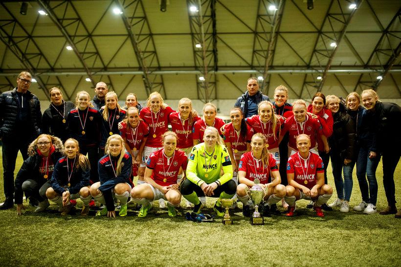 Valskonur fagna Reykjavíkurmeistaratitlinum í Egilshöllinni í kvöld.