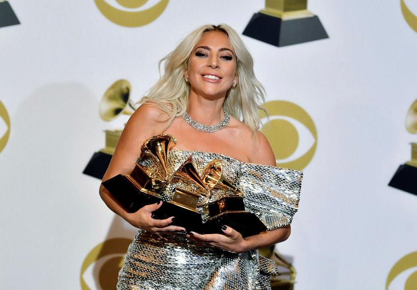 Lady Gaga með verðlaunagripi kvöldsins.