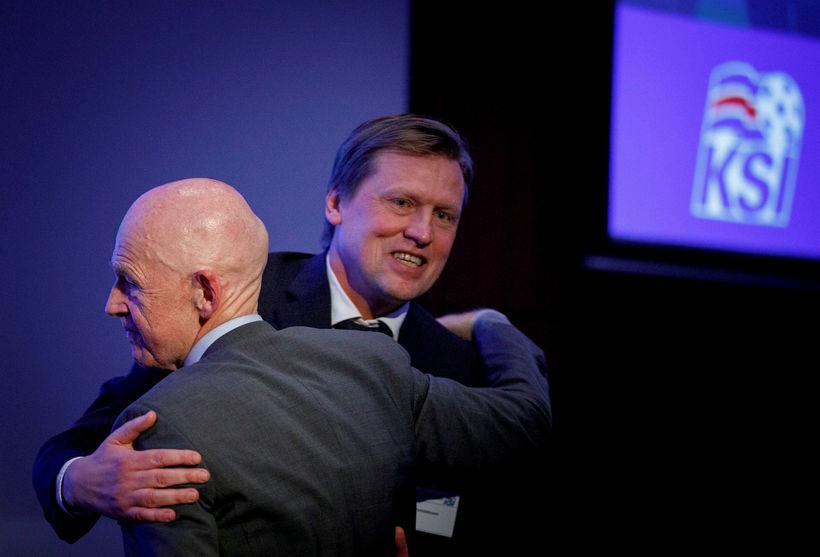 Eggert Magnússon og Geir Þorsteinsson í faðmlögum.