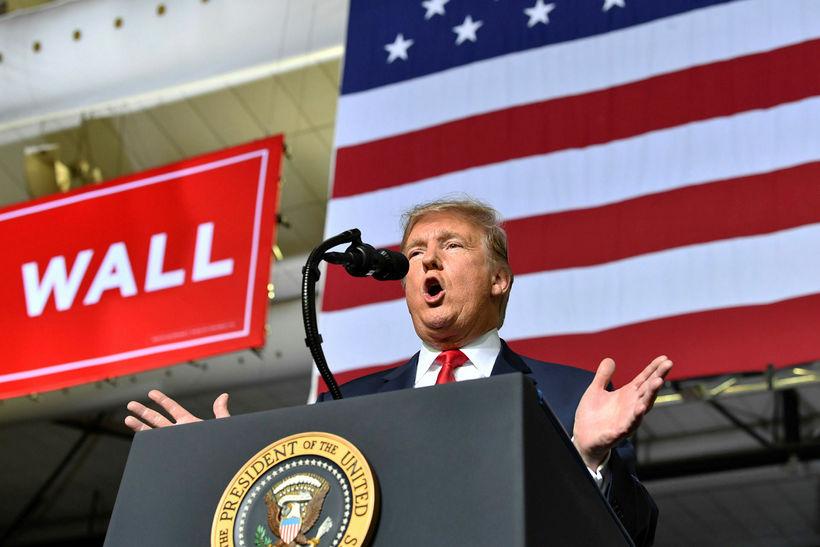Donald Trump Bandaríkjaforseti ræðir við stuðningsmenn sína á fundinum í ...