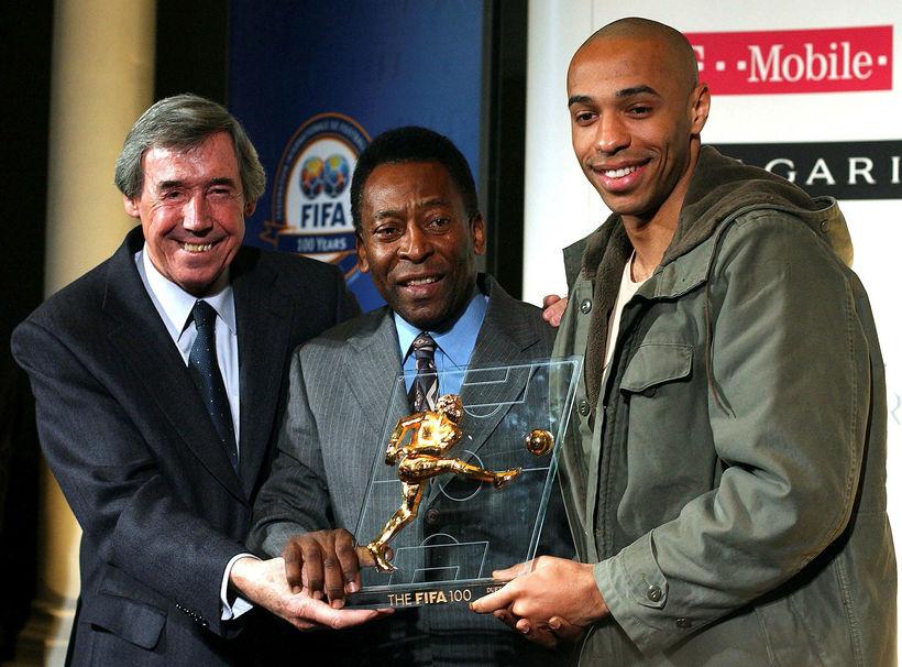 Gordon Banks og Pelé afhenda Thierry Henry verðlaun árið 2004.