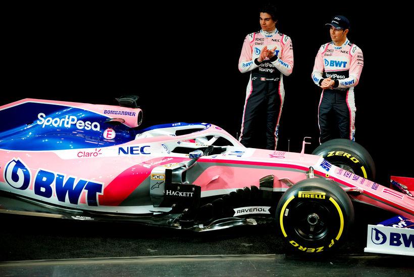 Lance Stroll (t.v.) og Sergio Perez við nýja keppnisbíl sinn, …