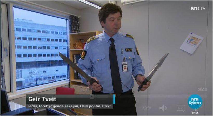 Geir Tveit, fulltrúi í forvarnadeild lögreglunnar í Ósló, sýnir norska ...