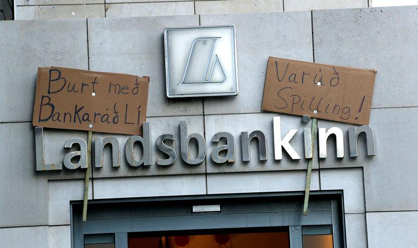 Launahækkun bankastjóra Landsbankans var mótmælt í gær.
