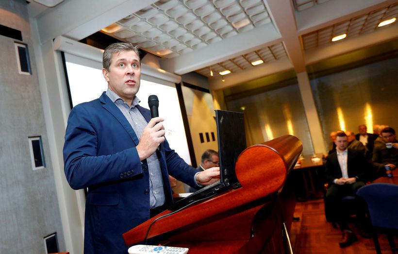 Bjarni Benediktsson presenting the government's tax and wage plan last ...
